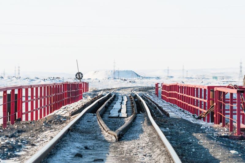 Γέφυρα σιδηροδρόμων και παραμόρφωση της διαδρομής σιδηροδρόμων, που στηρίζονται permafrost στοκ εικόνες