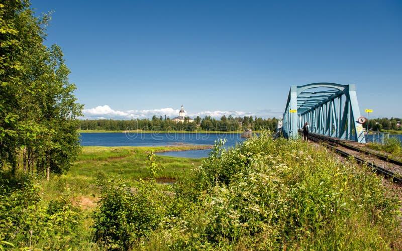 Γέφυρα σιδηροδρόμων πέρα από τον ποταμό Torne στοκ εικόνες