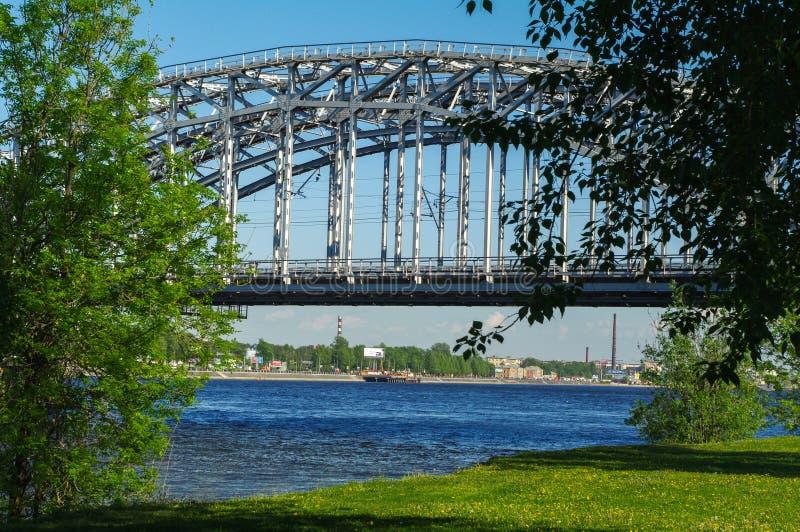 Γέφυρα σιδηροδρόμων της Φινλανδίας στην ηλιόλουστη ημέρα, Αγία Πετρούπολη, Ρωσία στοκ εικόνα