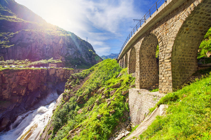 Γέφυρα σιδηροδρόμων Teufelsbrucke πέρα από τον ποταμό Reuss στη σειρά βουνών του ST Gotthard των ελβετικών Άλπεων κοντά σε Anderm στοκ φωτογραφία με δικαίωμα ελεύθερης χρήσης