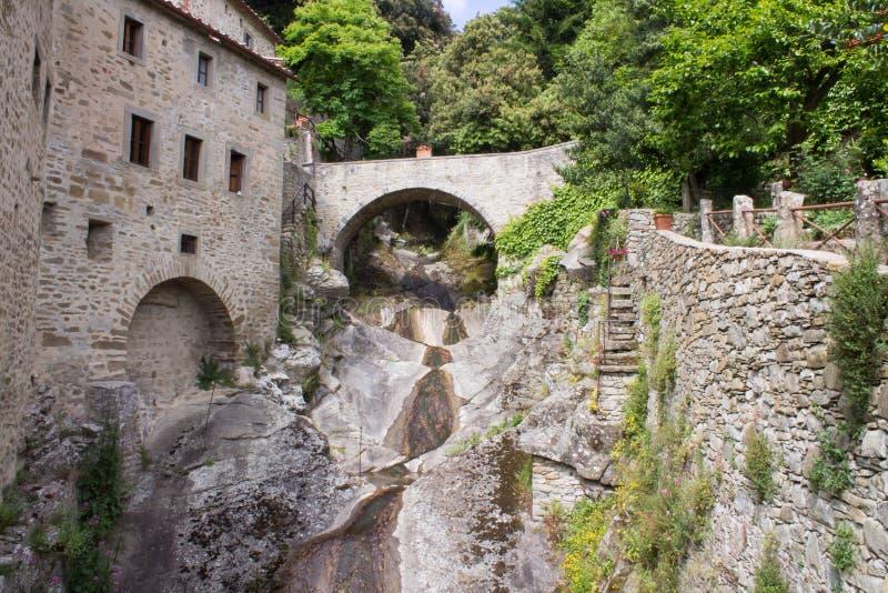 Γέφυρα στο ερημητήριο - ΚΥΤΤΑΡΑ του ST Francis Assisi, Cortona στοκ φωτογραφία με δικαίωμα ελεύθερης χρήσης