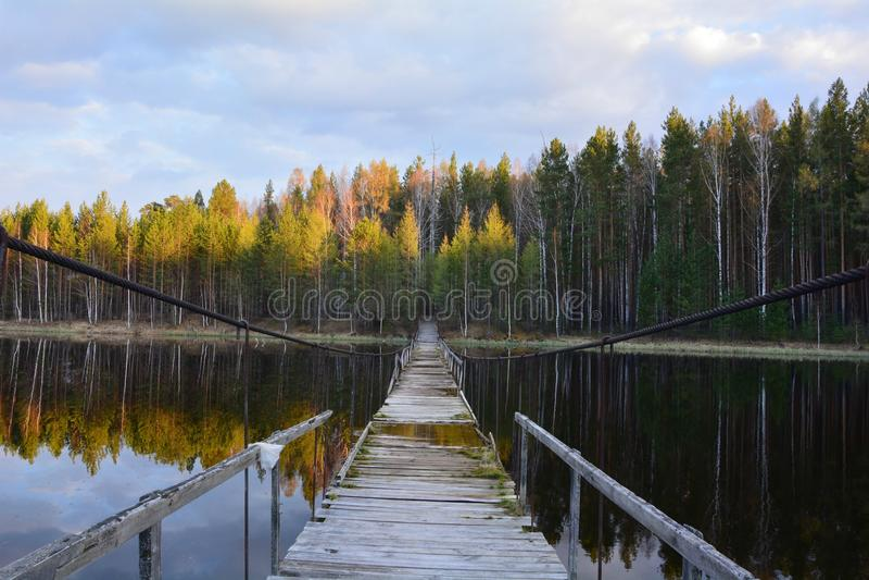 Γέφυρα στο νερό Ήλιος βραδιού στοκ εικόνες με δικαίωμα ελεύθερης χρήσης