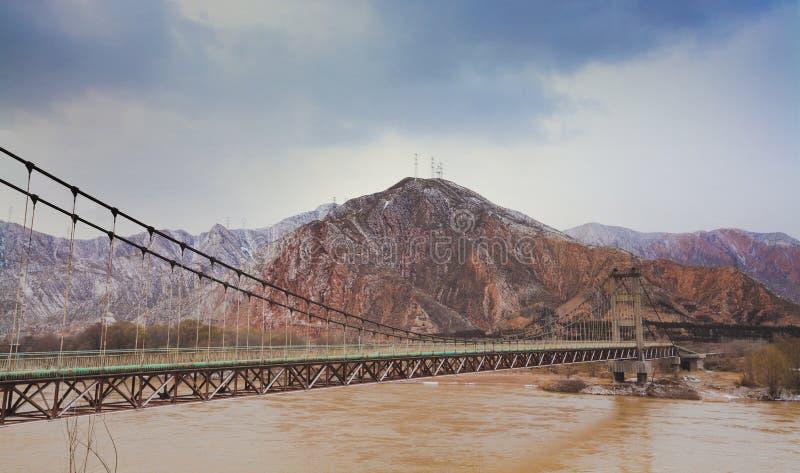 Γέφυρα σωλήνων πέρα από τον κίτρινο ποταμό Κίνα στοκ εικόνα