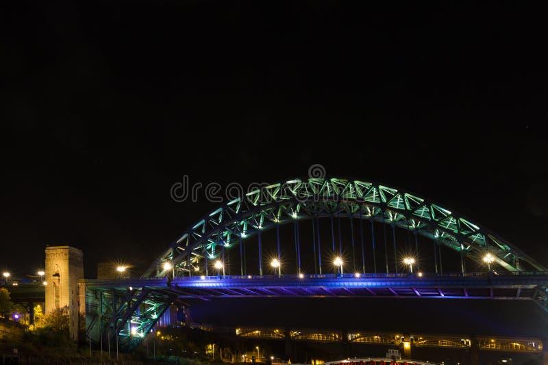 Γέφυρα Τάιν πέρα από τον ποταμό Τάιν, Νιουκάσλ, Αγγλία, τη νύχτα στοκ φωτογραφία