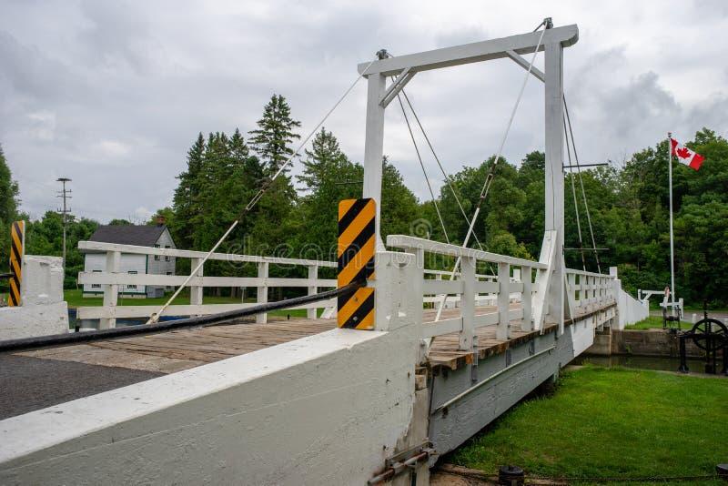 Γέφυρα ταλάντευσης πέρα από την κλειδαριά καναλιών στοκ φωτογραφία με δικαίωμα ελεύθερης χρήσης