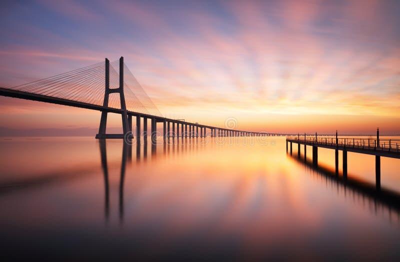 Γέφυρα της Λισσαβώνας - Gama του Vasco DA στην ανατολή, Πορτογαλία στοκ εικόνες