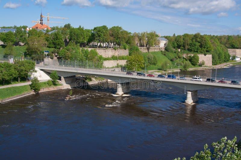 Γέφυρα της φιλίας με τη για τους πεζούς σήραγγα πέρα από τον ποταμό Narova μεταξύ Narva στην Εσθονία και Ivangorod στη Ρωσία στοκ φωτογραφία