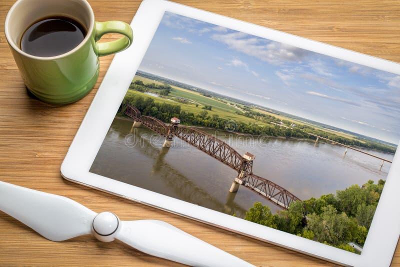 Γέφυρα της Katy σιδηροδρόμου σε Boonville πέρα από τον ποταμό του Μισσούρι στοκ φωτογραφίες
