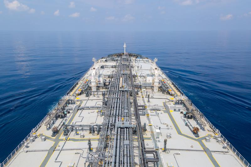 Γέφυρα του βυτιοφόρου προϊόντων πετρελαίου στη θάλασσα στοκ φωτογραφίες