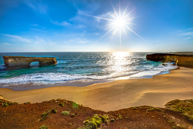 Γέφυρα του Λονδίνου και η παραλία penguins του, Αυστραλία στοκ εικόνα με δικαίωμα ελεύθερης χρήσης