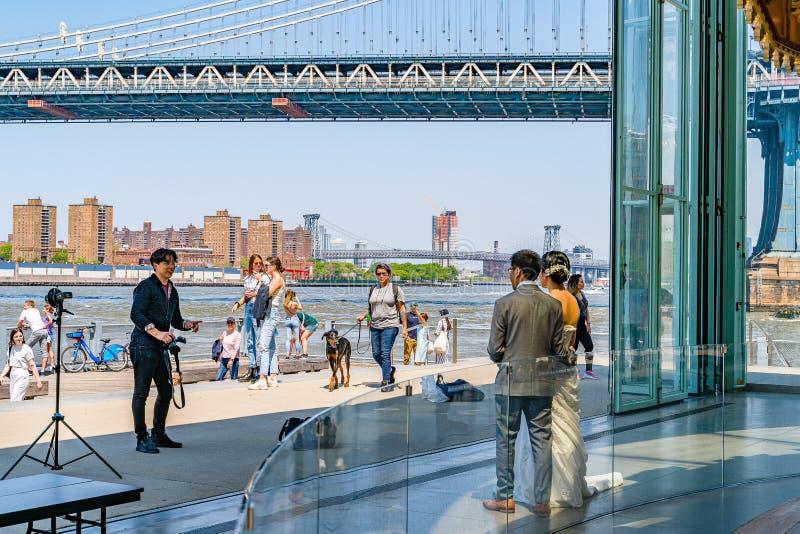 Γέφυρα του Μανχάταν πέρα από το ιπποδρόμιο πόλεων της Νέας Υόρκης συνόδου γαμήλιων φωτογραφιών ανατολικών ποταμών και του Μπρούκλ στοκ φωτογραφίες