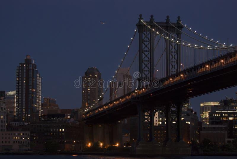 Γέφυρα του Μανχάταν στο σούρουπο στοκ φωτογραφία