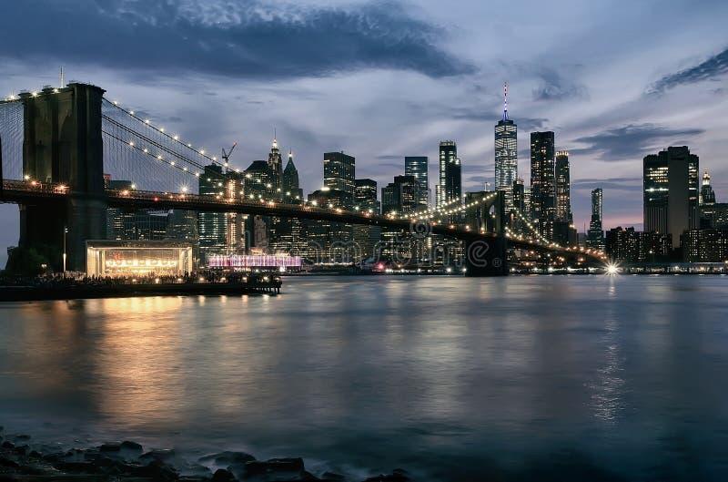 Γέφυρα του Μπρούκλιν και ορίζοντας του Μανχάταν στο βράδυ στοκ φωτογραφία με δικαίωμα ελεύθερης χρήσης