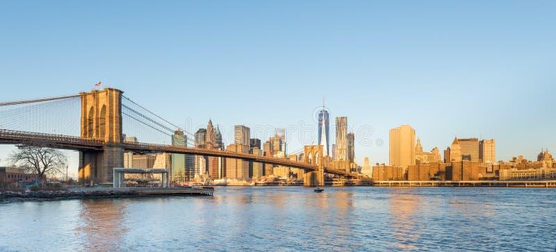 Γέφυρα του Μπρούκλιν και Λόουερ Μανχάταν με το Πύργο της Ελευθερίας στο φως πρωινού στοκ φωτογραφία με δικαίωμα ελεύθερης χρήσης