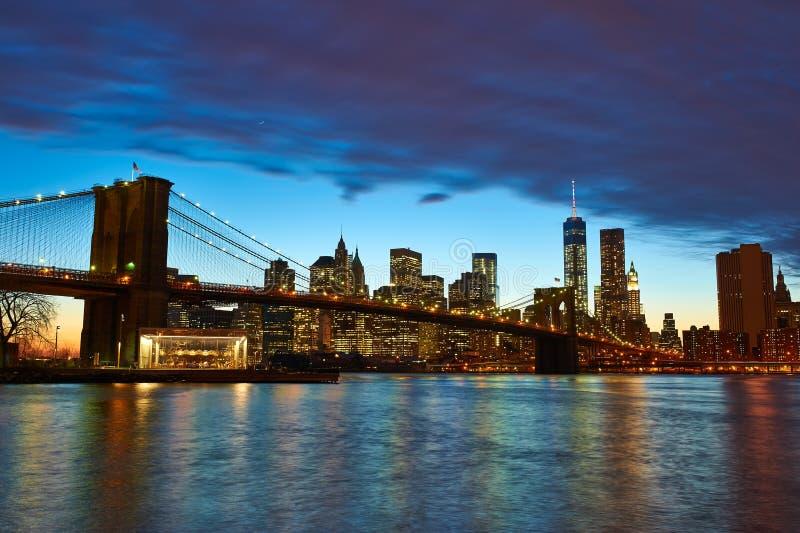 Γέφυρα του Μπρούκλιν με το χαμηλότερο ορίζοντα του Μανχάταν στοκ εικόνα