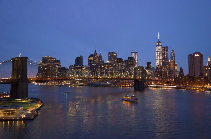 Γέφυρα του Μπρούκλιν Νέα Υόρκη το βράδυ και τον ορίζοντα του Μανχάταν στοκ εικόνες