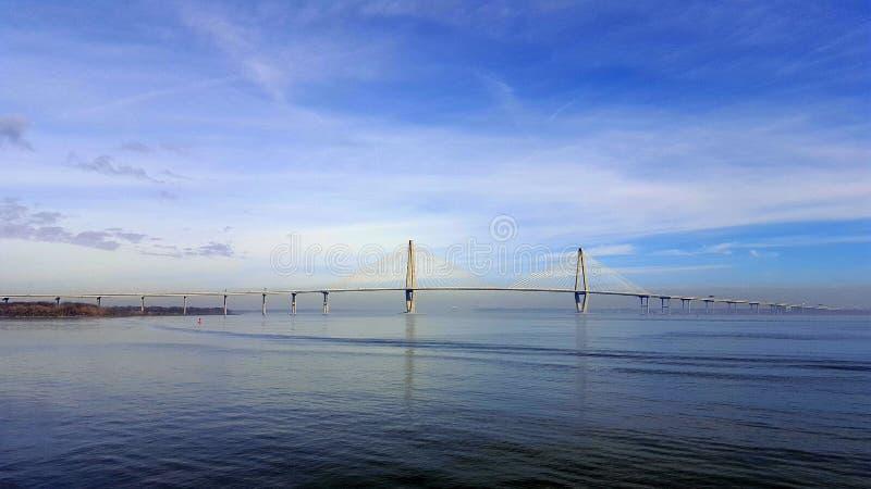 Γέφυρα του Τσάρλεστον με τους μπλε ουρανούς στοκ φωτογραφία με δικαίωμα ελεύθερης χρήσης