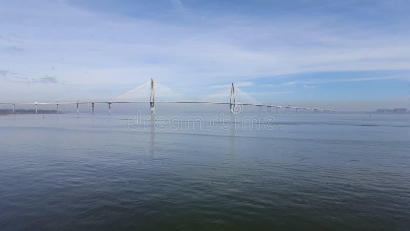 Γέφυρα του Τσάρλεστον με τους μπλε ουρανούς στοκ εικόνα