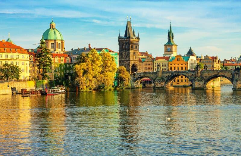 Γέφυρα του Charles και αρχιτεκτονική της παλαιάς πόλης στην Πράγα στοκ εικόνες