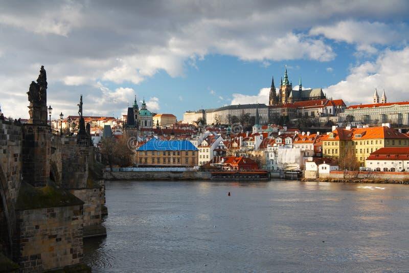 Γέφυρα του Charles και καθεδρικός ναός, Πράγα στοκ εικόνες