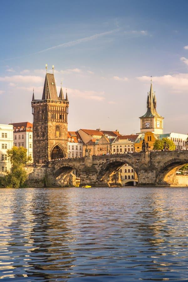 Γέφυρα του Charles και πύργος επιφυλακής στην Πράγα, Δημοκρατία της Τσεχίας στοκ εικόνα με δικαίωμα ελεύθερης χρήσης