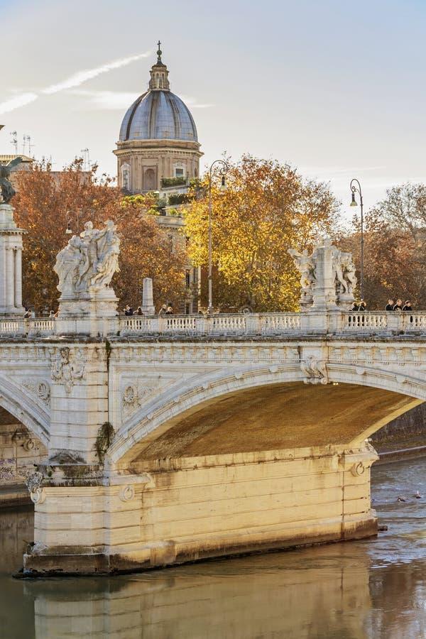 Γέφυρα του Emanuele Vittorio με τη βαπτιστική εκκλησία του John στη Ρώμη στοκ εικόνες με δικαίωμα ελεύθερης χρήσης