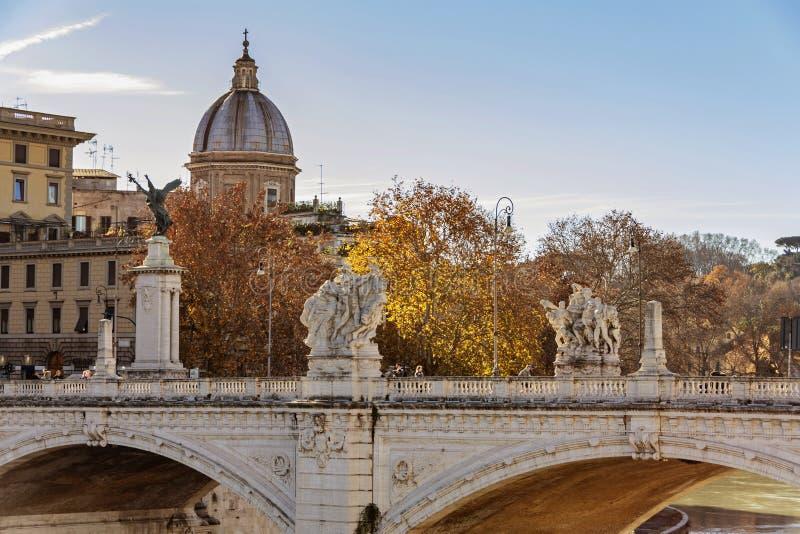 Γέφυρα του Emanuele Vittorio με τη βαπτιστική εκκλησία του John στη Ρώμη στοκ εικόνα