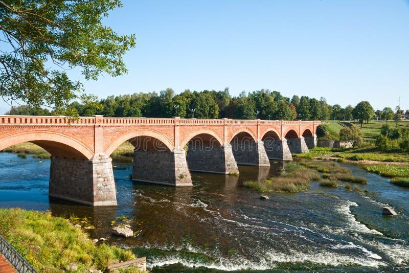 Γέφυρα τούβλου πέρα από τον ποταμό Venta στοκ φωτογραφίες