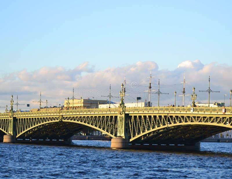 Γέφυρα τριάδας στο ST Πετρούπολη στοκ εικόνες
