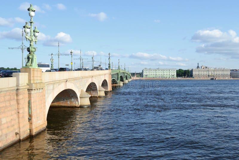 Γέφυρα τριάδας στο ST Πετρούπολη στοκ εικόνα