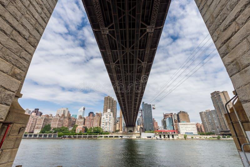 Γέφυρα των ΕΔ Koch Queensboro και roosevelt τραμ, πόλη της Νέας Υόρκης στοκ εικόνες