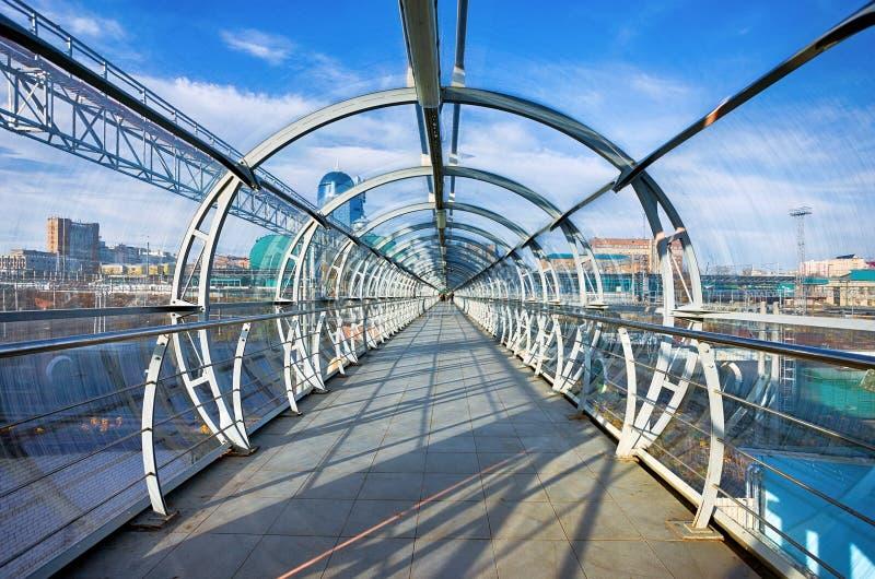 Γέφυρα χάλυβα και γυαλιού για το πέρασμα πεζών στοκ εικόνες