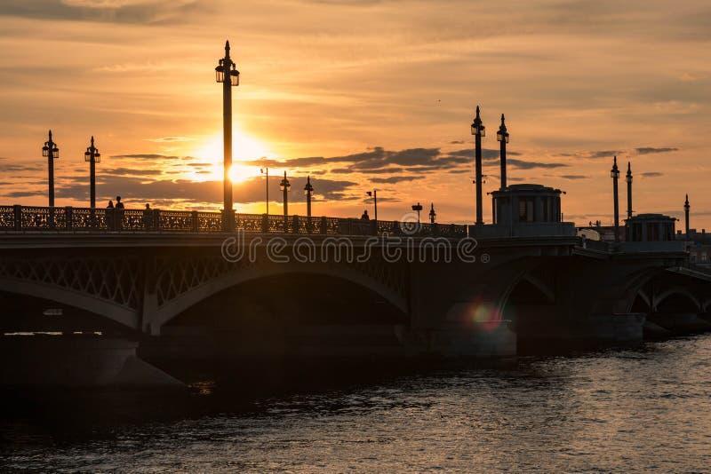Γέφυρα Blagoveschensky, πόλη της Αγία Πετρούπολης της Ρωσίας Θερινό ηλιοβασίλεμα, να εξισώσει στοκ εικόνα με δικαίωμα ελεύθερης χρήσης
