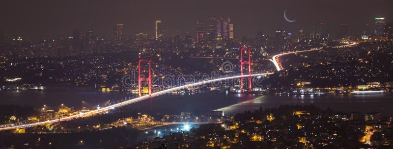Γέφυρα Bosphorus τη νύχτα στη Ιστανμπούλ Τουρκία στοκ φωτογραφίες