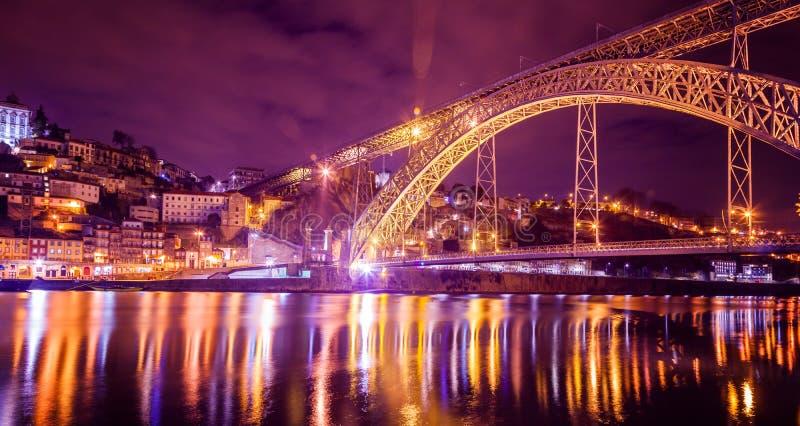 Γέφυρα DOM Luis που φωτίζεται τη νύχτα Δυτική ΕΕ του Πόρτο, Πορτογαλία στοκ εικόνες