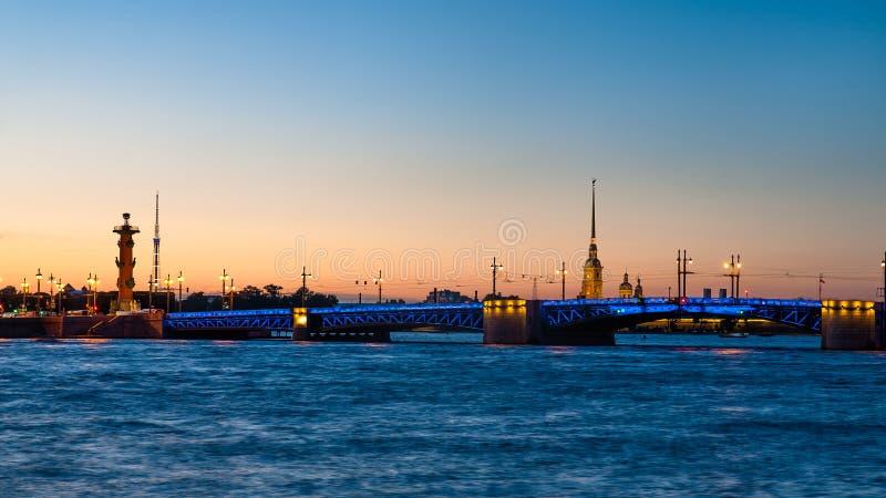 Γέφυρα Dvortzovy και Peter και φρούριο του Paul στην Άγιος-Πετρούπολη στοκ φωτογραφία