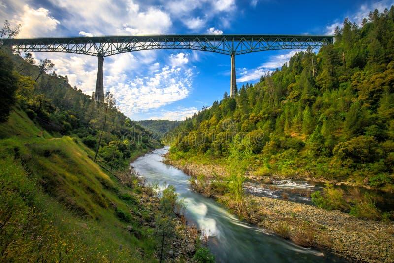 Γέφυρα Foresthill σε πυρόξανθη Καλιφόρνια, η τέταρτος-πιό ψηλή γέφυρα στις ΗΠΑ και τις στάσεις πέρα από τον αμερικανικό ποταμό στοκ εικόνες με δικαίωμα ελεύθερης χρήσης