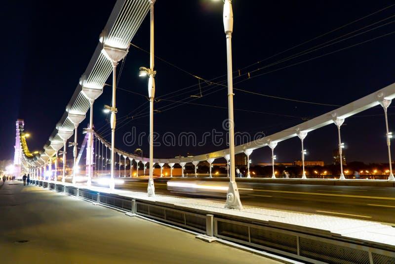 Γέφυρα Krymsky ή Crimean στη Μόσχα, νυχτερινή θέα στη Ρωσία με λευκό φωτισμό, ατσάλινη γέφυρα ανάρτησης πάνω από τη Μόσχα στοκ εικόνα