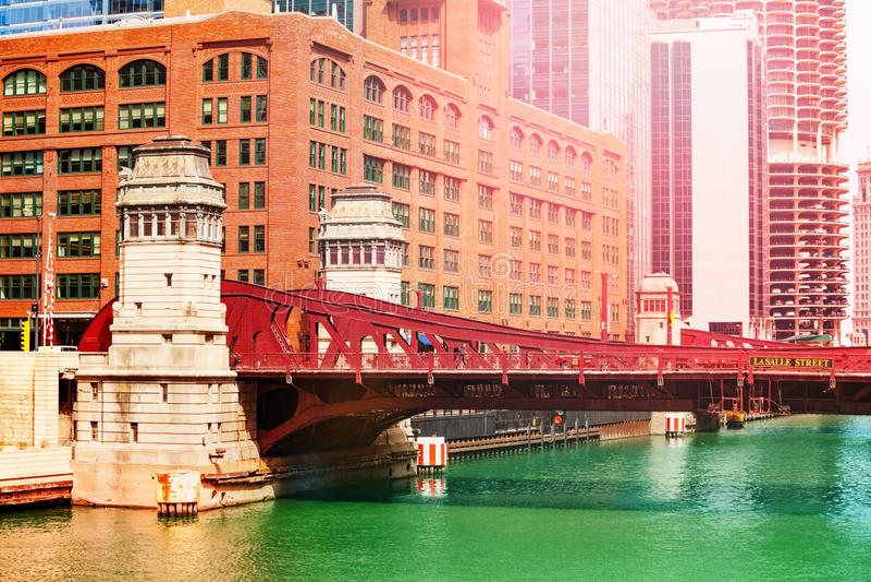Γέφυρα LaSalle Blvd πέρα από τον ποταμό του Σικάγου μέσα κεντρικός στοκ εικόνες