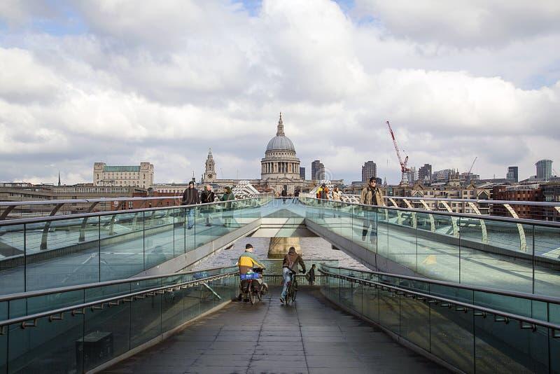 Γέφυρα Londonlooking χιλιετίας στο ST Pauls στη μακρινή πλευρά στοκ εικόνες με δικαίωμα ελεύθερης χρήσης