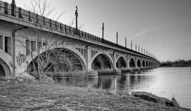 Γέφυρα MacArthur (νησί Belle) πέρα από τον ποταμό του Ντητρόιτ στοκ φωτογραφία