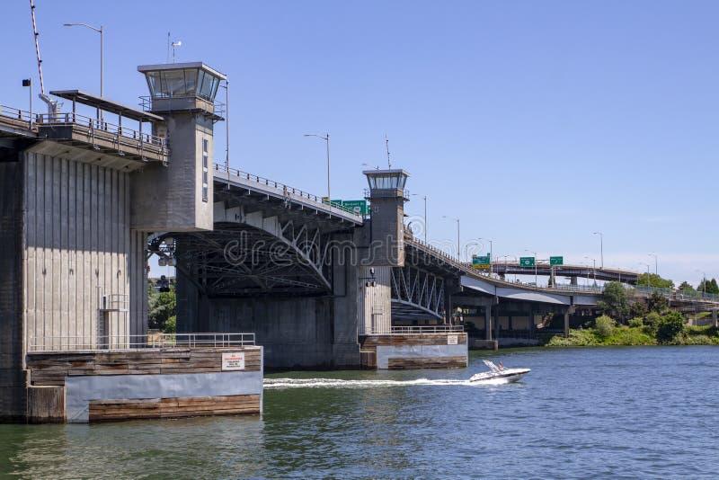 Γέφυρα Morrison με ως λέμβο ταχύτητας μια ηλιόλουστη θερινή ημέρα στον ποταμό Willamette στο Πόρτλαντ Όρεγκον στοκ φωτογραφία με δικαίωμα ελεύθερης χρήσης