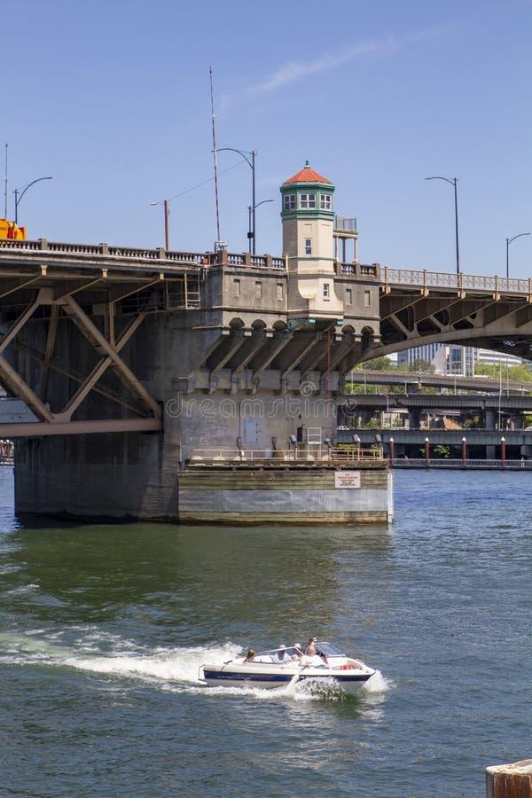 Γέφυρα Morrison μια ηλιόλουστη θερινή ημέρα στον ποταμό Willamette με τη λέμβο ταχύτητας στο Πόρτλαντ Όρεγκον στοκ εικόνα με δικαίωμα ελεύθερης χρήσης