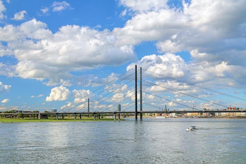 Γέφυρα Rheinkniebrucke πέρα από το Ρήνο στο Ντίσελντορφ, Γερμανία στοκ φωτογραφίες