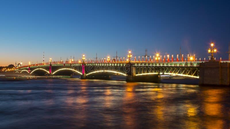 Γέφυρα Troitsky τη νύχτα, Άγιος Πετρούπολη, Ρωσία στοκ φωτογραφία με δικαίωμα ελεύθερης χρήσης