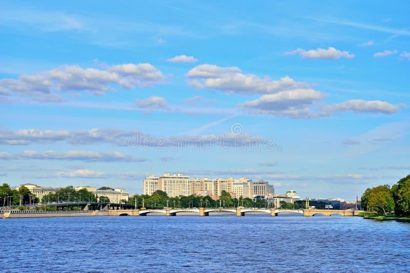 Γέφυρα ushakovskogo πανοράματος του ποταμού Bolshaya Nevka σε ένα SU στοκ φωτογραφίες