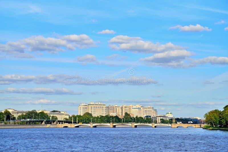 Γέφυρα ushakovskogo πανοράματος του ποταμού Bolshaya Nevka στοκ φωτογραφίες