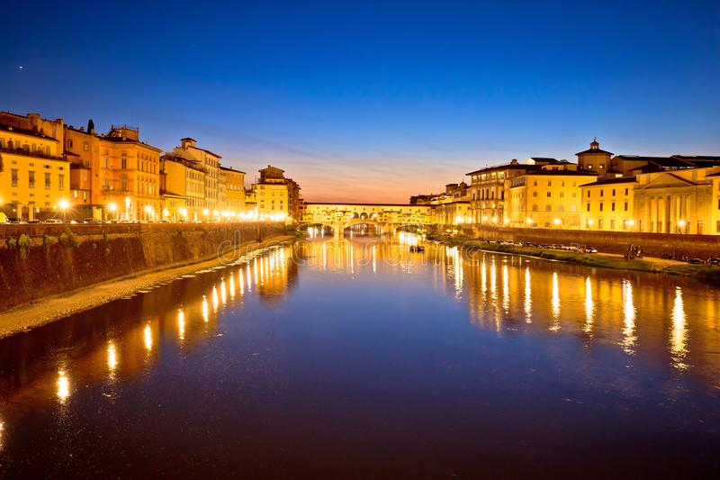 Γέφυρα Vecchio Ponte και προκυμαία ποταμών Arno στο eveni της Φλωρεντίας στοκ φωτογραφία με δικαίωμα ελεύθερης χρήσης