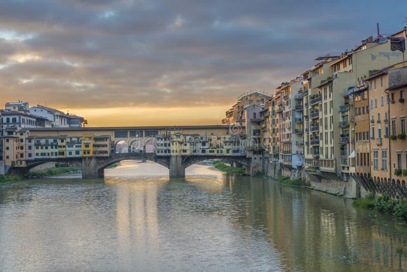 Γέφυρα Vecchio Ponte στη Φλωρεντία, Ιταλία στην ανατολή στοκ φωτογραφία με δικαίωμα ελεύθερης χρήσης