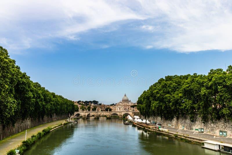 Γέφυρα Vittorio Emanuele ΙΙ, ο ποταμός Tiber και καθεδρικός ναός του ST Peter στοκ φωτογραφίες με δικαίωμα ελεύθερης χρήσης
